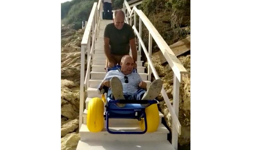 """Cannitello, il sindaco percorre la scala con la sedia job: """"Funziona"""""""