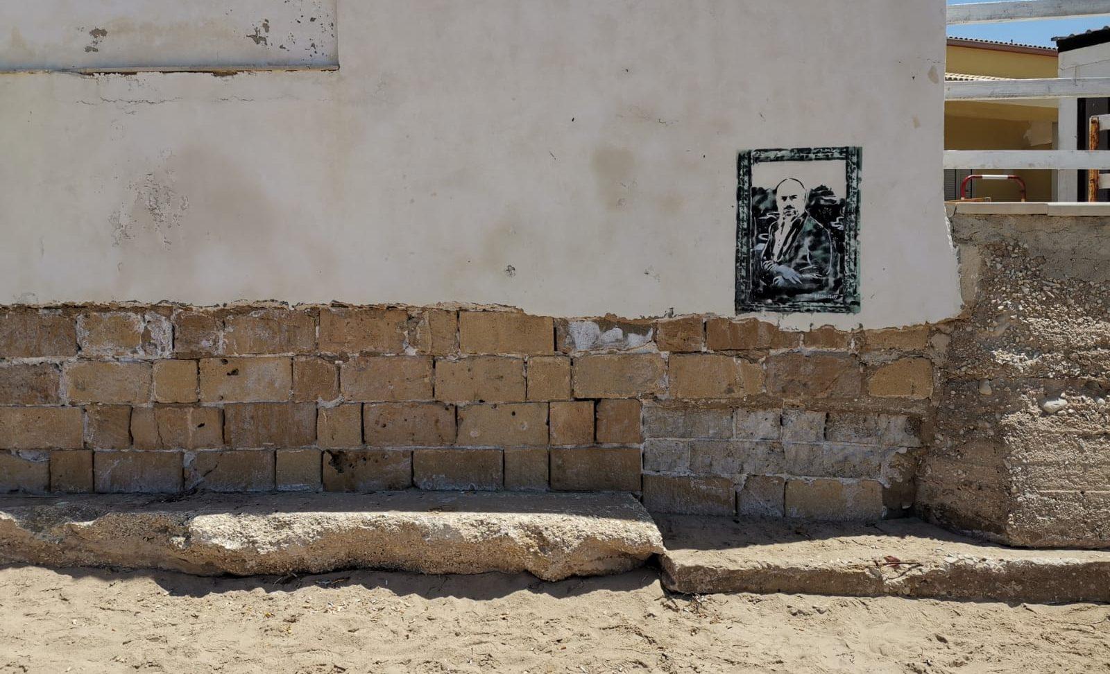 Palmento, rimossa la spazzatura sotto il murale di Montalbano
