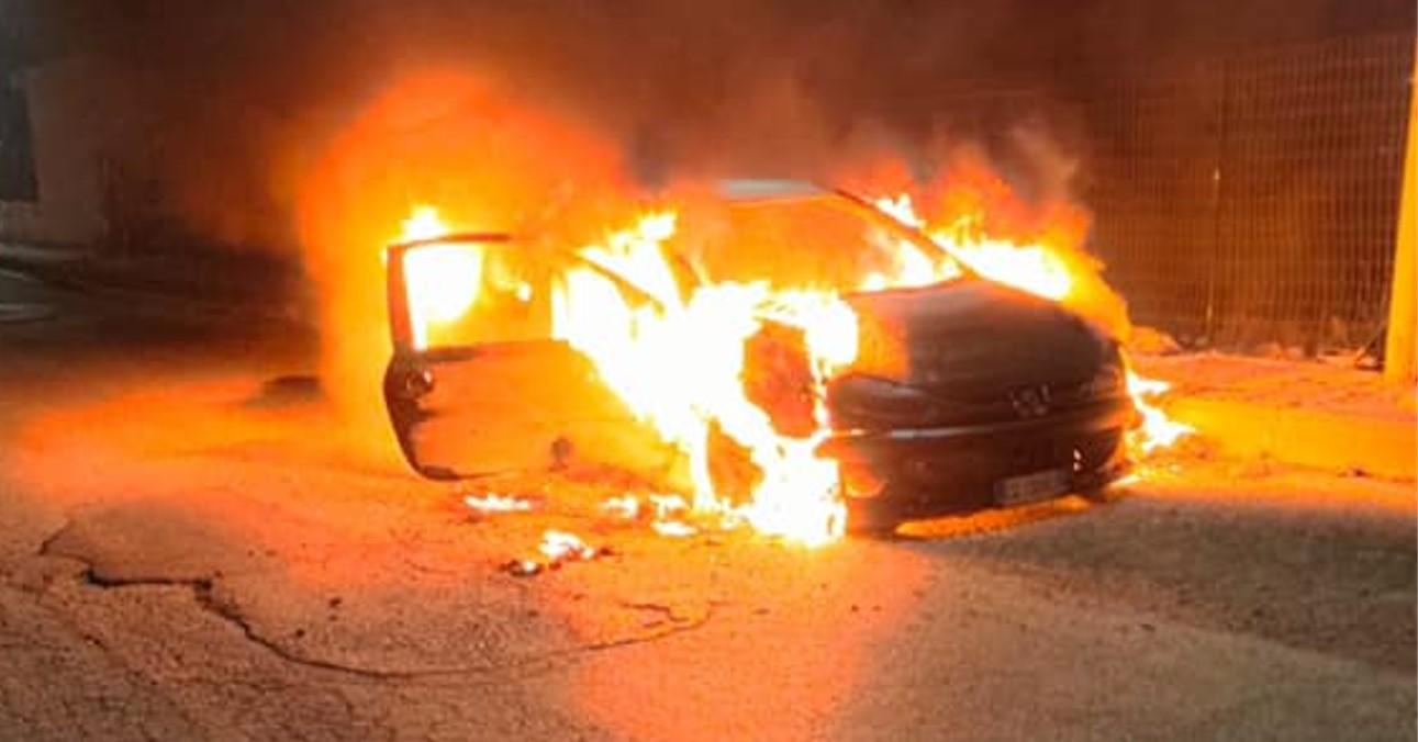Un'auto in fiamme alla stazione dei bus: intervengono i pompieri