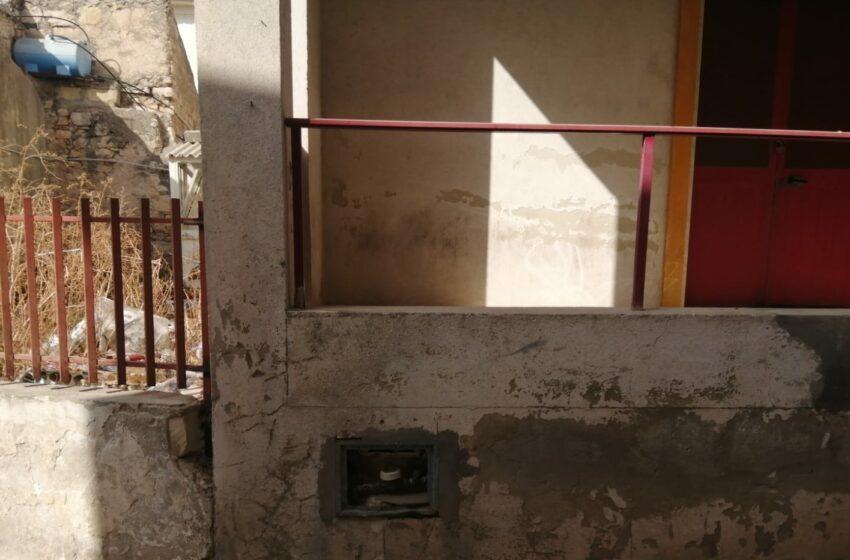 Bagni pubblici, crolla un tetto in eternit: un bambino in ospedale